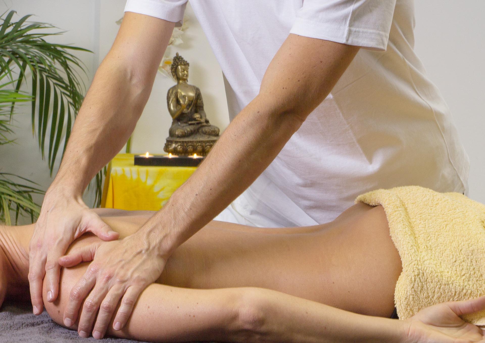 Masážní techniky poskytované ležící ženě na masérském stole