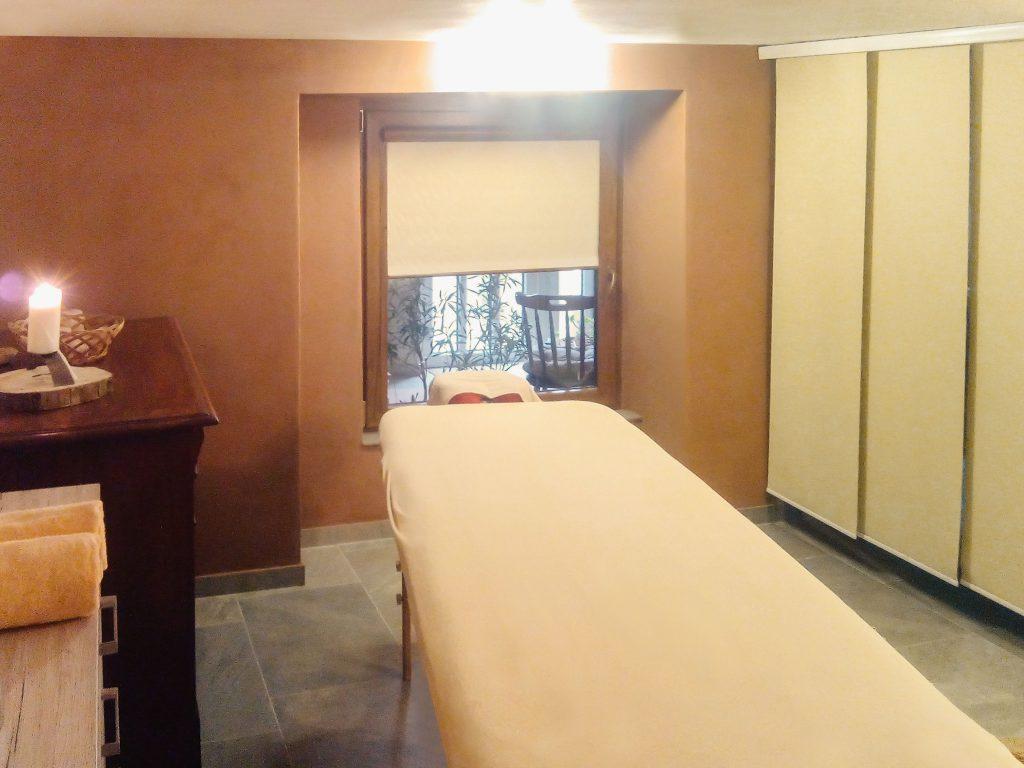 Masážní studio, lehátko s oknem v pozadí