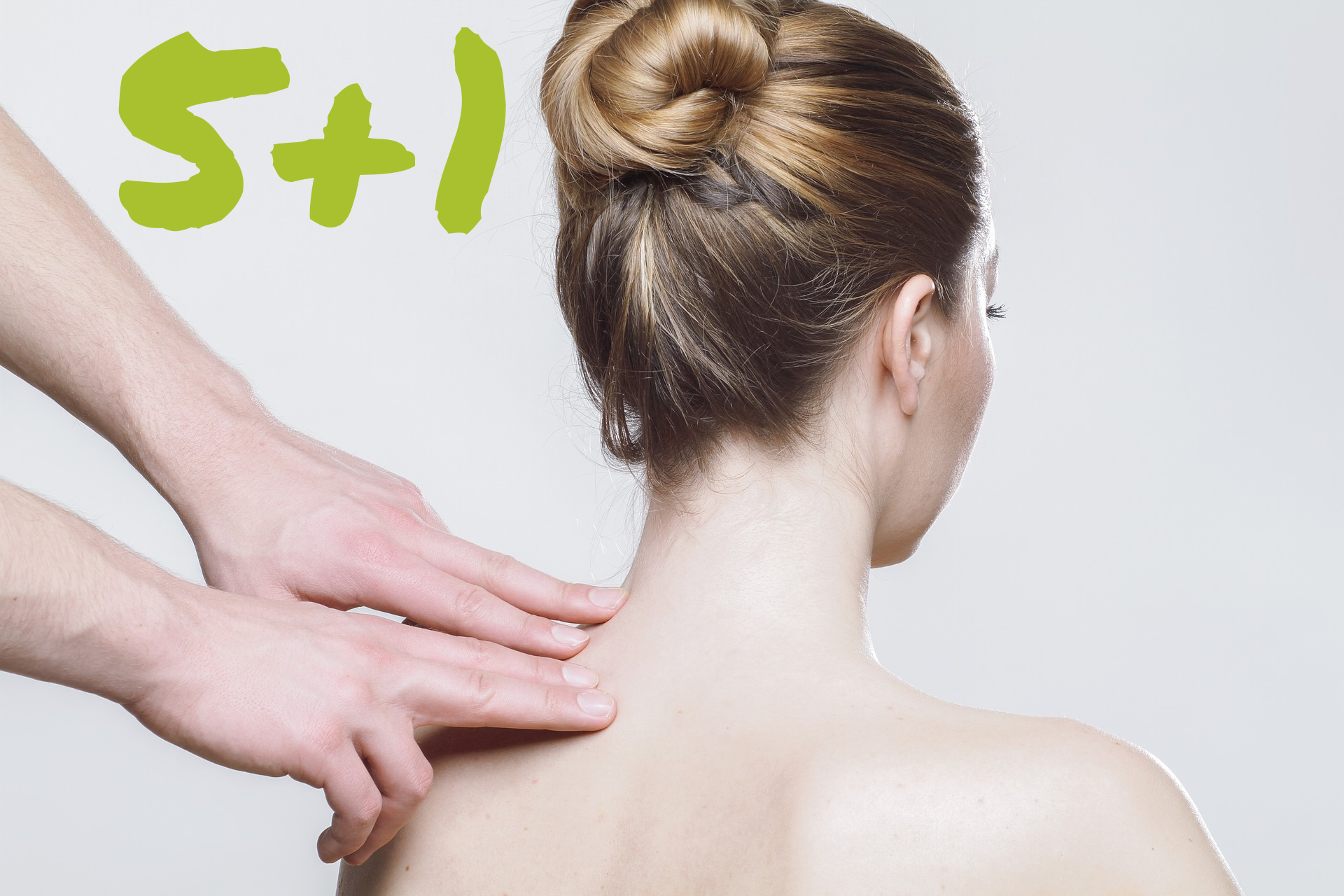 Sedící žena na masáži a popisek vysvětlující, že každá šestá masáž je zdarma.